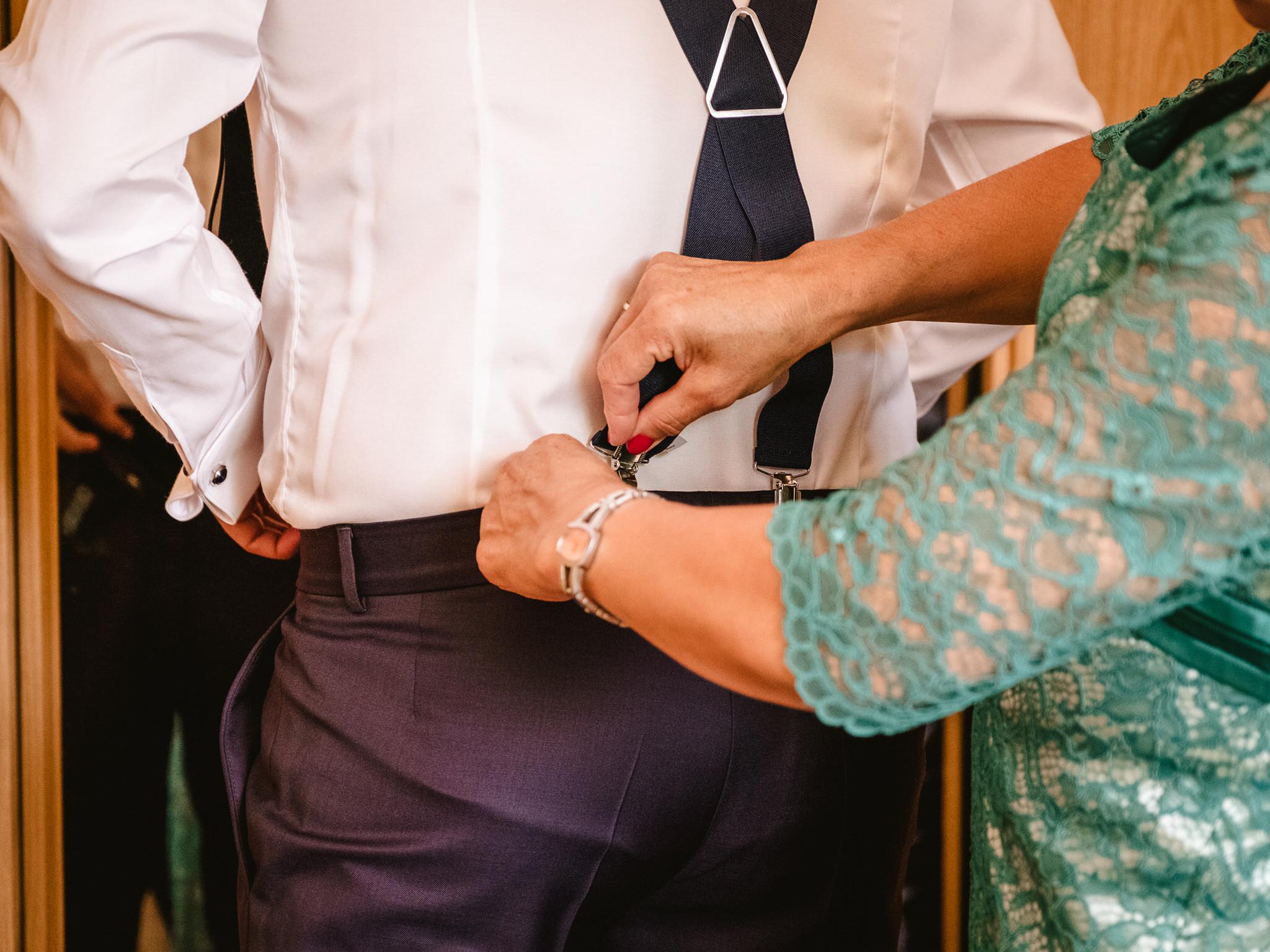 ayudando-a-vestir-novio